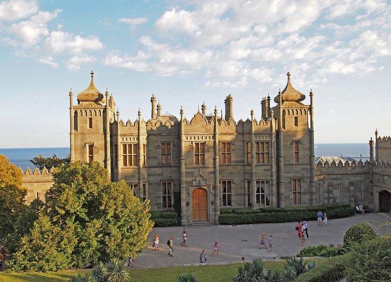Воронцовский дворец находится на территории Алупкинского парка, который является жемчужиной ландшафтного дизайна. Парк раскинулся на площади 40 гектар.