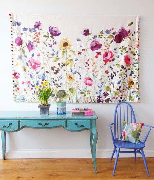 Изящное цветочное полотно в гостиной