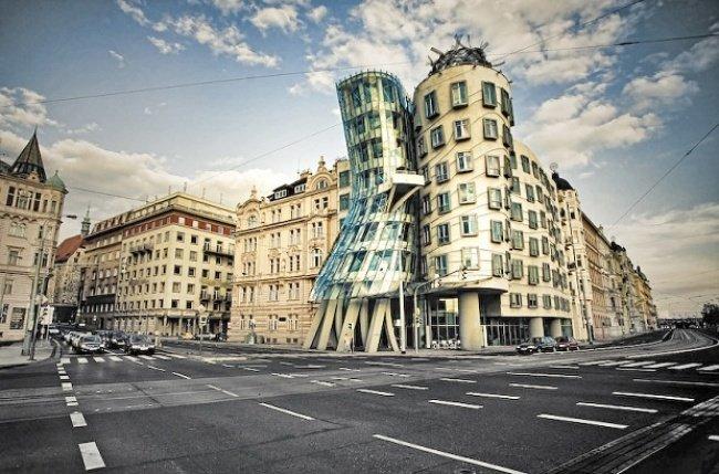 Танцующий дом (Прага, Чехия, архитектор Фрэнк Гери).