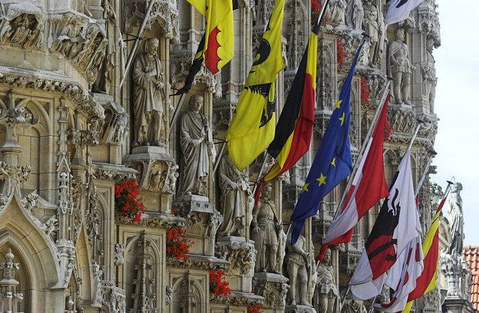Два ряда фигур на первом этаже – художники, ученые, выдающиеся граждане Лёвена. Интересно, что фигуры на консолях одеты в одежды бургундского периода из истории Нидерландов, тогда как статуи в нишах одеты в одежды эпохи, в которую они жили.