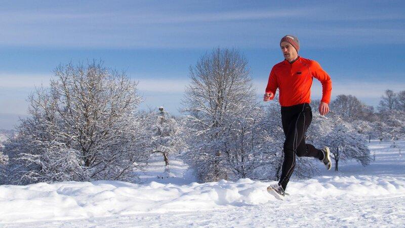 Одежда для бега зимой мужская обычно состоит из нескольких вещей, согревающих тело во время тренировок и предотвращающих от переохлаждения.