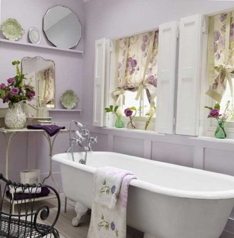 Интерьер ванной в стиле прованс в сиреневых тонах.
