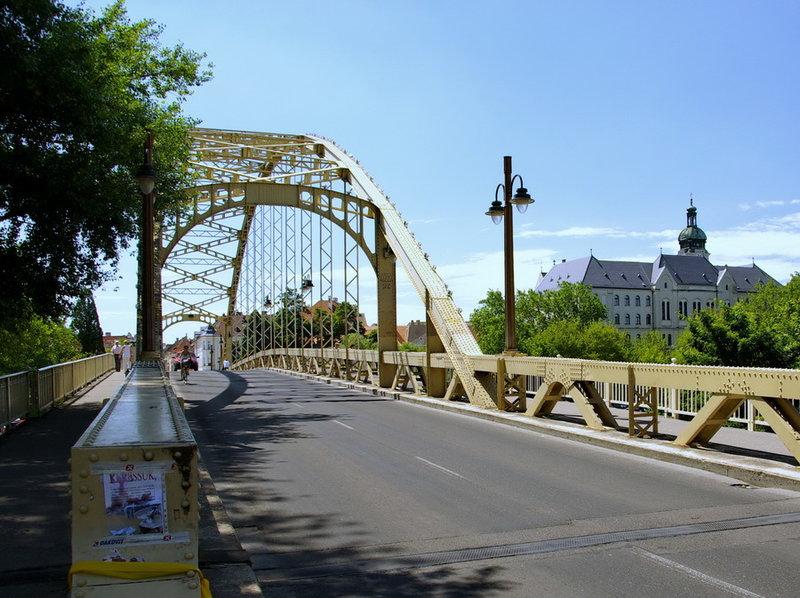 Дьёр - город который имеет некоторую важность для своей страны Венгрии. На фото  мост.