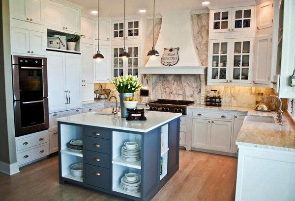 кухня в форме буквы П с небольшим квадратной формы островом