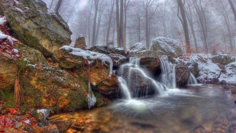 Водопад на фоне туманного леса