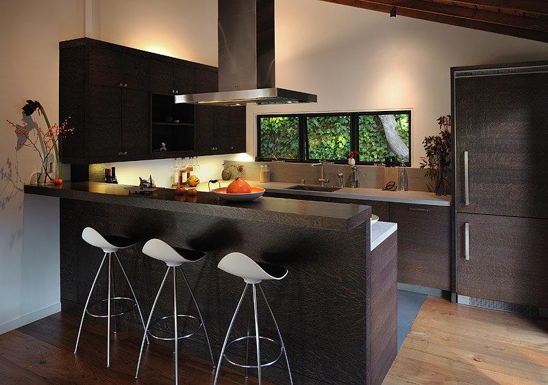 Барные стулья стали частью современных кухонных интерьеров.