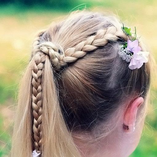 Хвост с косой, украшенный исскуственными цветами