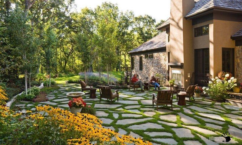 Красивый дизайн двора на даче и в летнем доме: цветник, садовые дорожки и беседки.