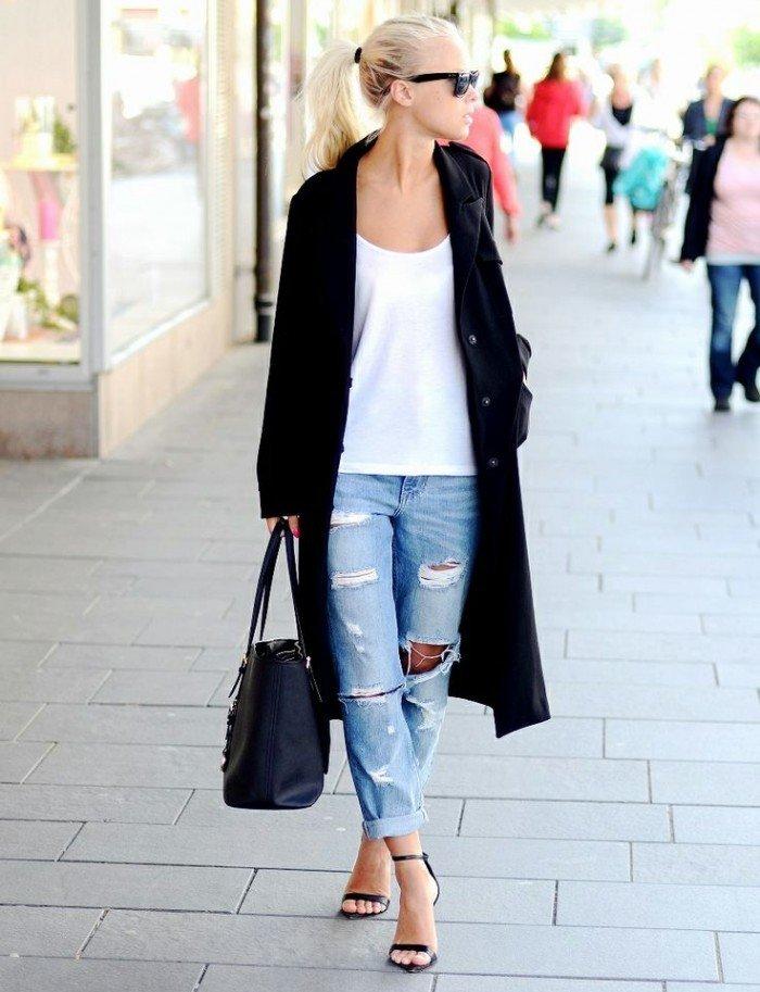 Пальто свободного кроя и рванные джинсы плюс легкая маечка для разбавления лука
