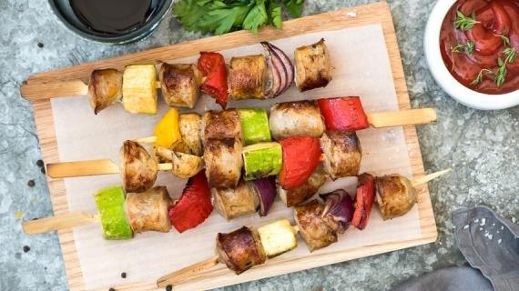 Летний шашлык с овощами и колбасками  ИНГРЕДИЕНТЫ  500 г колбасок 1 средний цукини 3 средних разноцветных перца 300 г маленьких шампиньонов 1 средняя красная луковица Для маринада  3 ст. л. бальзамического уксуса 2 ст. л. меда 2 ст. л. оливкового масла 1 ст.л.дижонской горчицы 1 ст. л. смеси итальянских трав 1 зубчик чеснока соль, свежемолотый черный перец ПОШАГОВЫЙ РЕЦЕПТ ПРИГОТОВЛЕНИЯ Шаг 1  Почистите овощи и нарежьте на одинаковые куски. Колбаски нарежьте ломтиками толщиной 1,5-2 см. Положите овощи и колбаски в большую миску. Шаг 2  Смешайте все ингредиенты для маринада, залейте овощи и колбаски и хорошо перемешайте. Накрой пищевой пленкой и оставьте на 30 мин. или на ночь. Шаг 3  Нанижите на шампуры овощи и колбаски и жарьте над горячими углями 8-10 мин., смазывая остатками маринада при помощи кисточки.