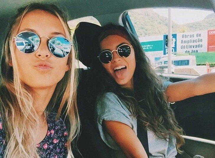Красивые девушки фото брюнетки с подругой, секс с автомобилем