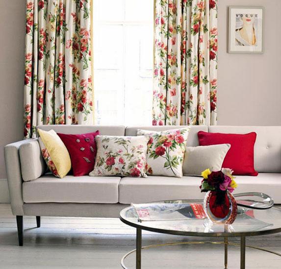 Белая ткань с цветочным принтом в светлой гостиной