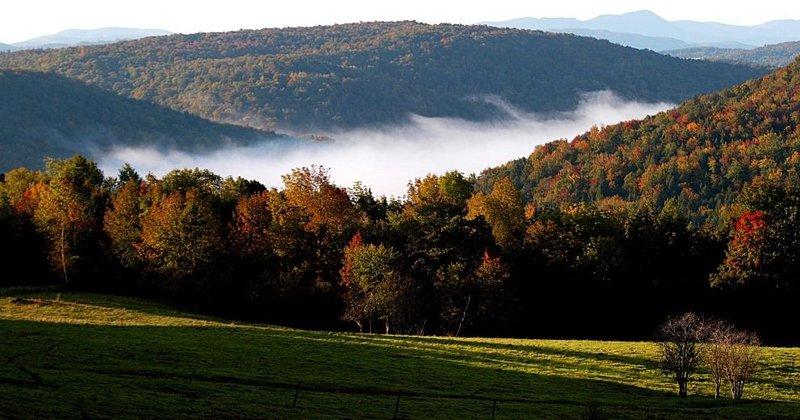 Утренний туман в долине недалеко от города Стоу, в штате Вермонт, США. (Фото: AFP PHOTO/DON EMMERT)