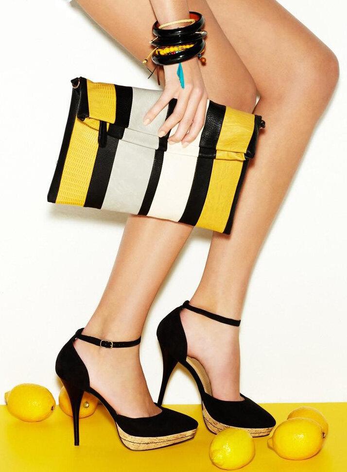 Раньше считалось, что сумка и обувь девушки обязательно должны быть в одном цвете. К счастью, эти модные правила канули в Лету. Мы можем экспериментировать и выбирать более интересные сочетания.