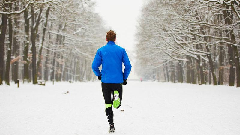 Чтобы бегать зимой необходимо знать - что одеть, как правильно дышать, при какой температуре можно бегать.