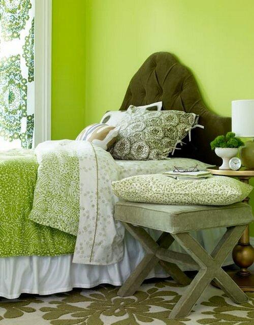 разные оттенки зеленого, использованные для оформления спальни