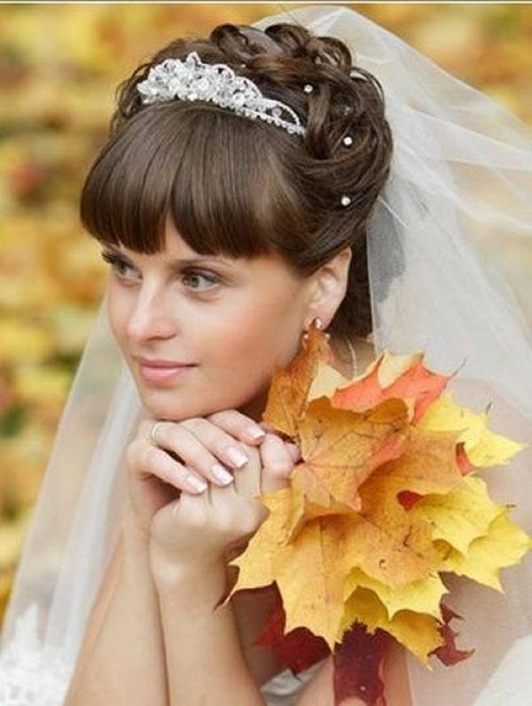 Фото прическа на свадьбу с диадемой челкой 70