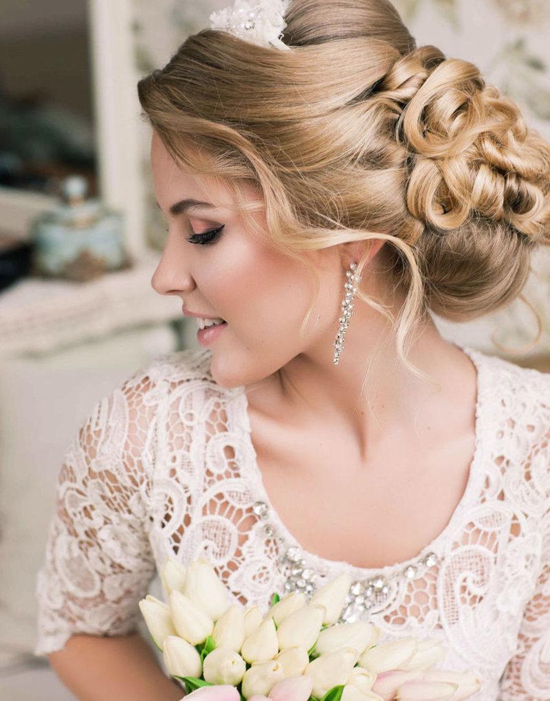 Прическа на свадьбу на средние волосы с челкой