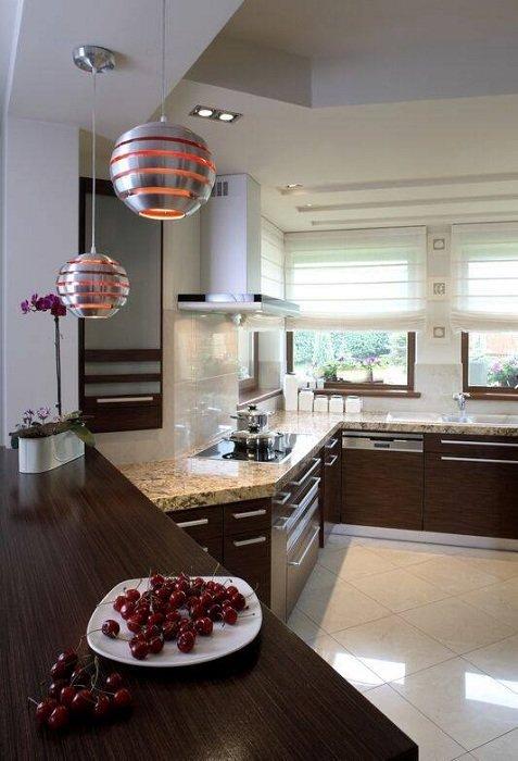 Эргономичный дизайн кухни  с металлическими лампами