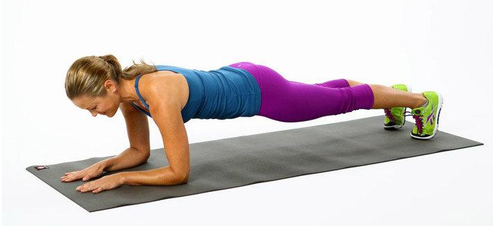 Техника выполнения данного упражнения подразумевает под собой следование следующим инструкциям: Занимаем положение лежа лицом вниз и упираясь в пол локтями и носками ступень вытягиваем тело (при этом, стараемся держать ровную спину, как бы проводя ровную линию от головы до самых пяток); Задерживаемся в этом положении в течении минуты или на сколько хватит физических возможностей.