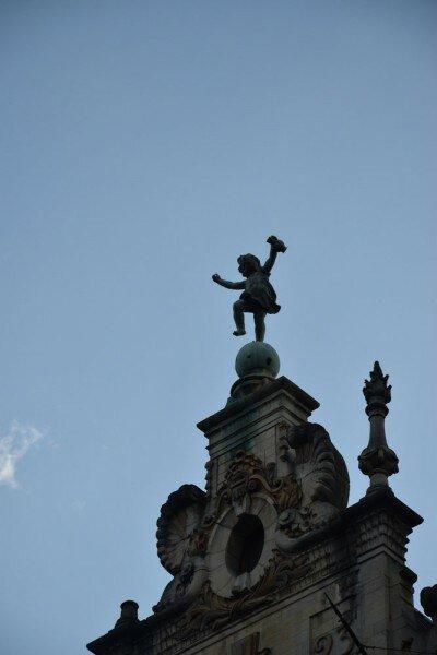 Веселый студент на крыше.