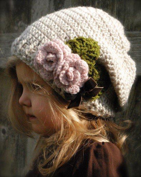 Весенняя шапочка для девочки украшенная цветами связанными крючком