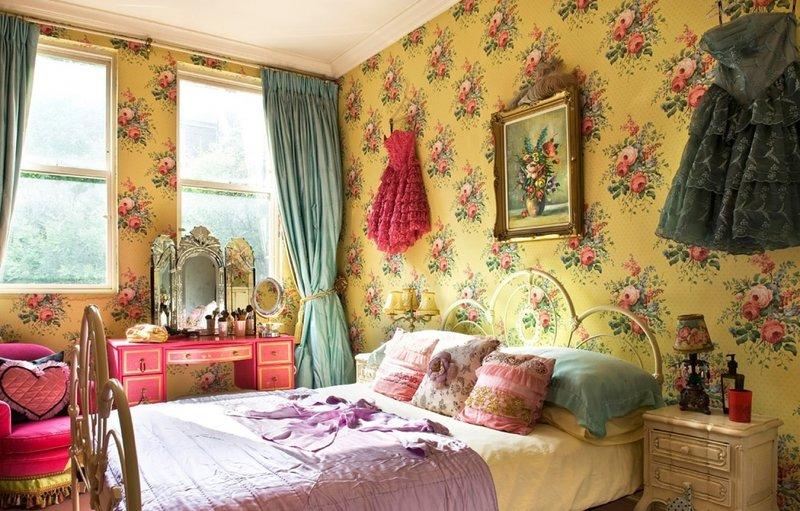 Сочные золотистые обои с пионами в спальне
