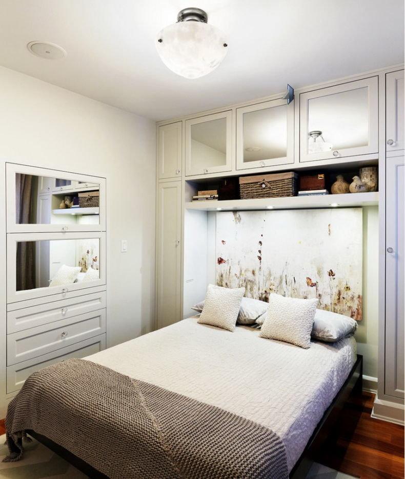 Спальня с встроенными шкафами с зеркальными дверцами
