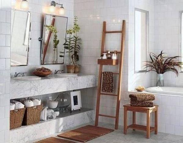 Использование квадратной кафельной плитки белого цвета в оформлении ванной в стиле прованс.