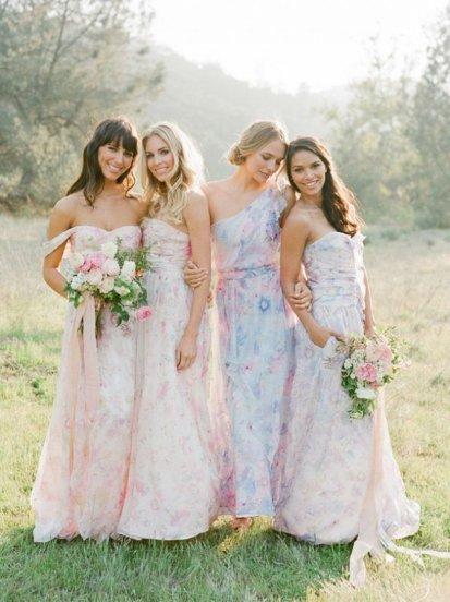 Романтический тренд выражается в образе невесты: локоны, непринужденные пучки, цветы в волосах, «воздушные» юбки у платьев, длинные ресницы..