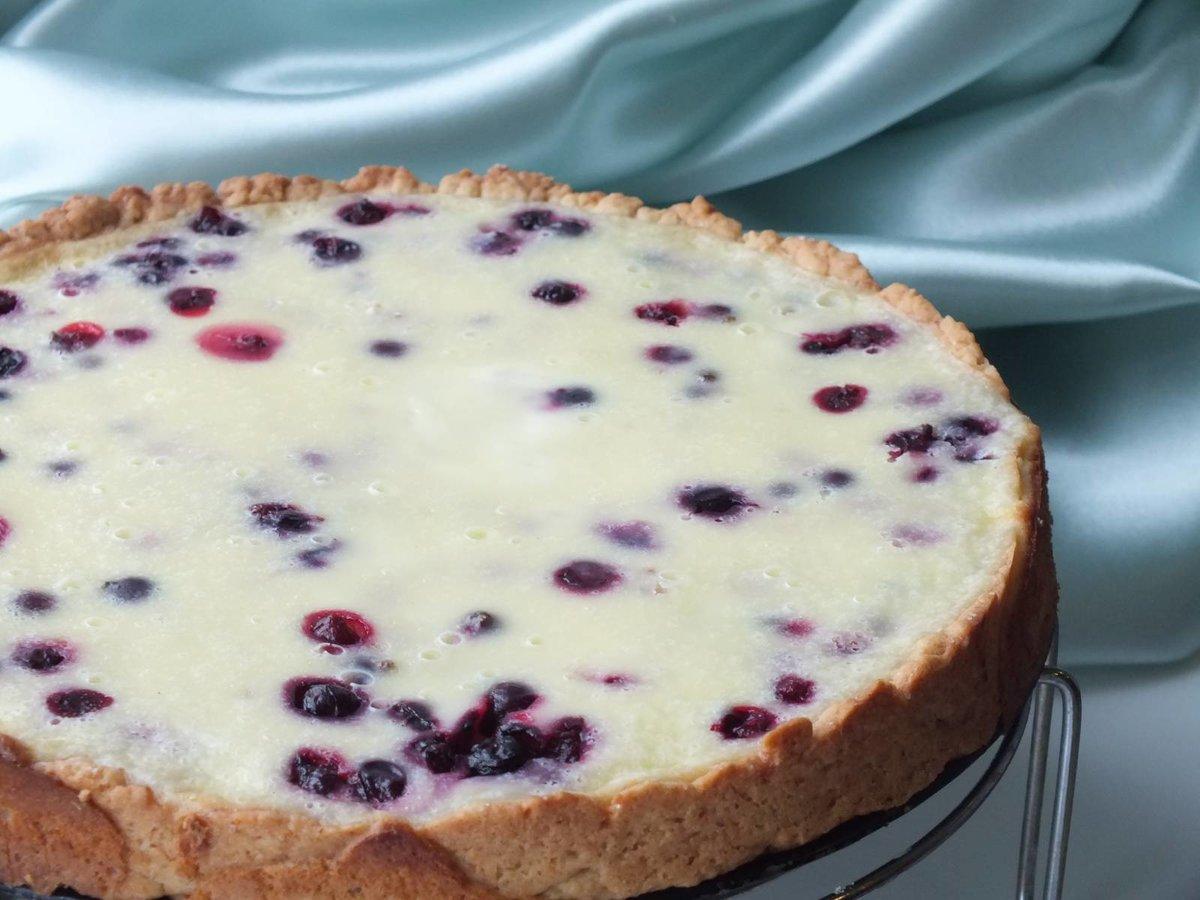 Вкусный, ароматный летний пирог с ягодами и ванильным пудингом.