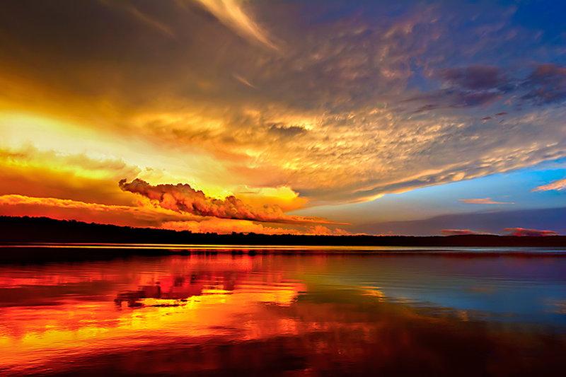 Рассветное небо отражающееся в море.