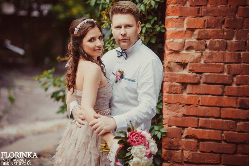 Молодожены на свадьбе лофт