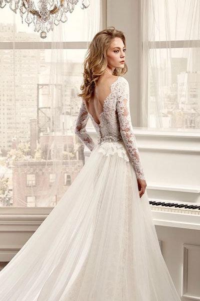Каждый год дизайнеры предлагают нам по-новому взглянуть на наряд невесты, и привнести в образ новобрачной свежую струю...