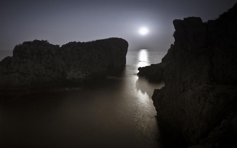 Закат на фоне скал