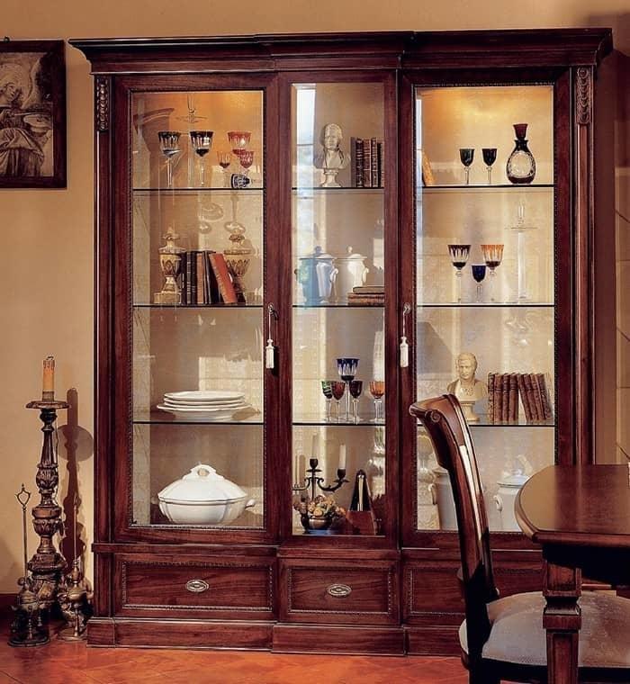 Шкаф для посуды со стеклом в гостиную придает помещению необ.