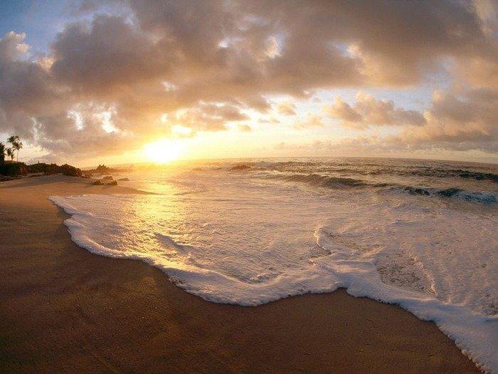 Рассвет над песчаным пляжем