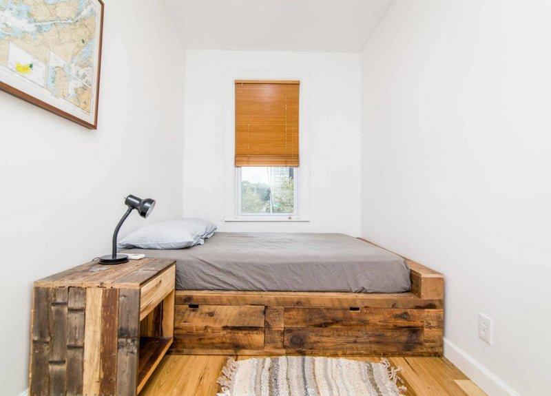 Спальня с мебелью из старых ящиков и поддонов