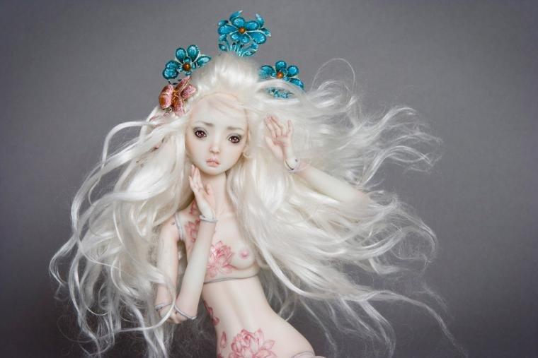 Кукла с цветами в волосах