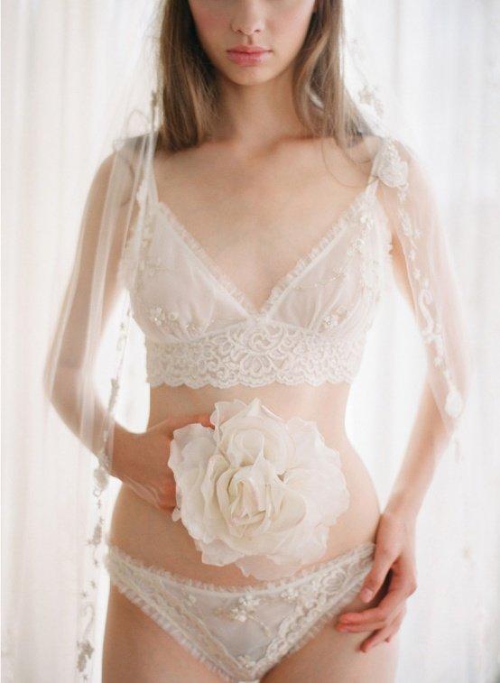 Невестам, которые хотят совместить в одном комплекте белья все необходимые функции, стоит присмотреться именно к этому варианту. Модели платьев: закрытые, с непрозрачным верхом.