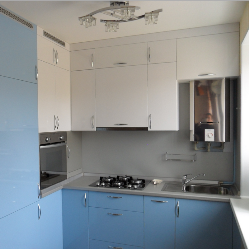 Угловая бело-голубая кухня 6 кв. метров