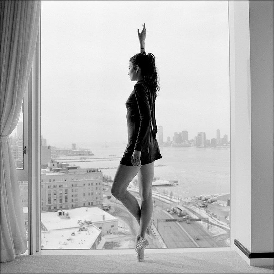 танцующая у окна девушка