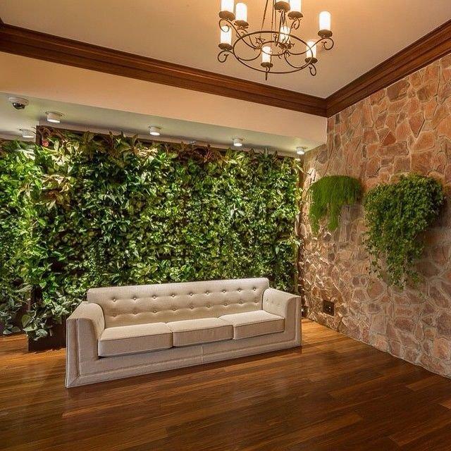 Такая зеленая стена -настоящее украшение большой  гостинной