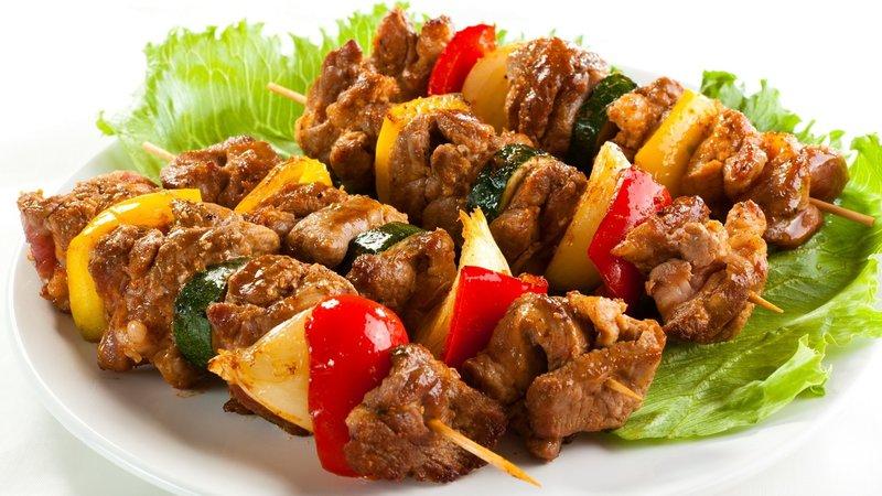 Вкусный и сочный шашлык из кролика получается с правильно подобранным маринадом и знанием нюансов приготовления блюда.