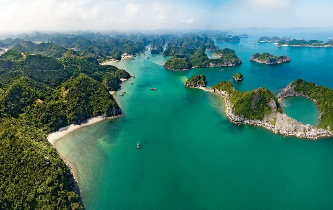 tourist spots in vietnam Tourism is one of the essential components of the economy of vietnam between 199 and 2004, the number of tourists visiting the country increased to 63 per cent most of the tourists visiting the coun.