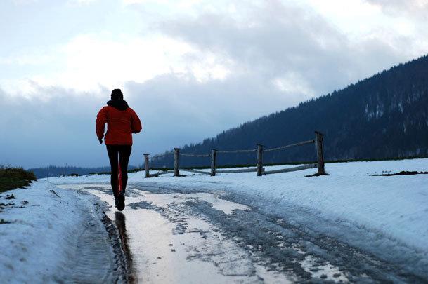 Зимой воздух намного чище, чем в летний сезон. Во время зимней пробежки сжигается больше калорий. Пробежка зимой укрепляет иммунную систему. Бег способствует выработке эндорфина.