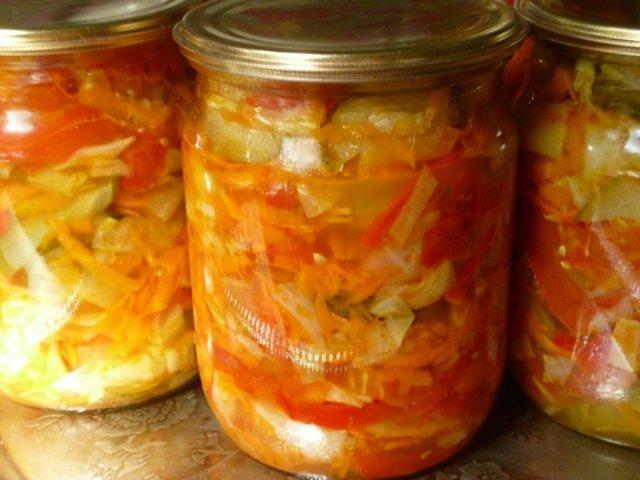 рецепт салата на зиму из помидор и капусты