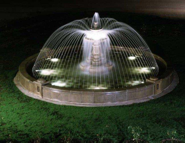 Подводные и надводные светильники для фонтанов. Креативные идеи обустройства фонтана подсветкой. Техника безопасности при создании фонтана с подсветкой.
