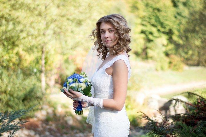 Свадебные причёски 2017 года – это возможность подчеркнуть романтичность и нежность невесты. Стилисты предлагают варианты причёсок для волос разной длины и с разнообразными аксессуарами..