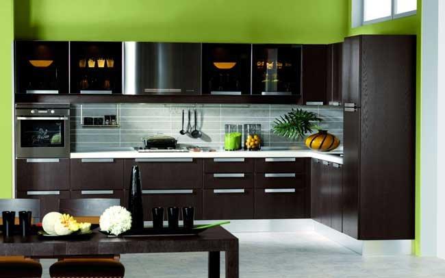 Дизайн темной кухни венге с белой столешницей